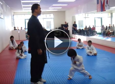 Il bambino deve fare la prova per la cintura bianca, quello che fa è esilarante (VIDEO)