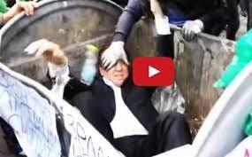 Il video che sta facendo il giro del mondo. Parlamentare gettato in un cassonetto (VIDEO)